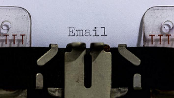 ¿Por qué se recomienda usar emails iguales al nombre de dominio del sitio web?